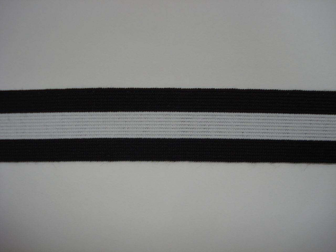 Gestreept Elastiek zwart/wit/zwart 25mm. halve meter €0,98.